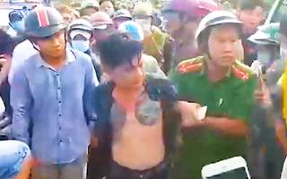 Video: Khống chế nam thanh niên có biểu hiện 'ngáo đá' lái ô tô chạy loạn giữa phố