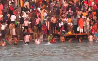 Video: Khoảng 2,5 triệu người ngâm mình ở sông Hằng tẩy rửa tội lỗi