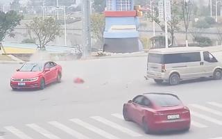 Video: Không thắt dây an toàn, bé gái văng khỏi ôtô sau va chạm giao thông