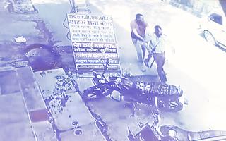 Video: 3 đối tượng nổ súng, cướp xe tải chở tiền bất thành ở Ấn Độ