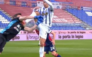 Video: Pha giơ chân của Ronaldo khiến thủ môn đội bạn chảy máu miệng