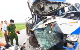 Video: Xe chở đoàn đi lễ chùa đâm xe đầu kéo, 1 người chết, hơn 20 người nhập viện