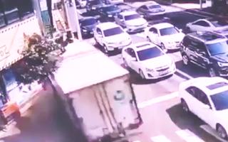 Video: Xe tải chạy tốc độ 'bàn thờ', vỡ nát khi lao vào cửa hàng