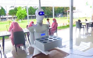 Video: Nhóm sinh viên nữ chế tạo robot phục vụ trong căng-tin trường đại học