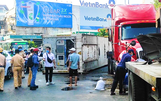 Video: Xe container lật ngay vòng xoay Lý Thái Tổ, giao thông ùn tắc kéo dài