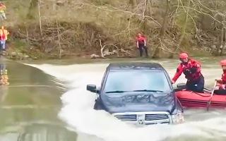 Video: Xe ô tô chở 5 người trong gia đình bị kẹt giữa dòng nước