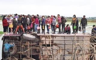 Video: Xe khách chở 40 người lật xuống ruộng, nạn nhân leo lên hông xe chờ giải cứu