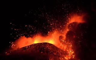 Video: Núi lửa phun trào đỏ rực góc trời, sân bay quốc tế ở Iceland phải đóng cửa