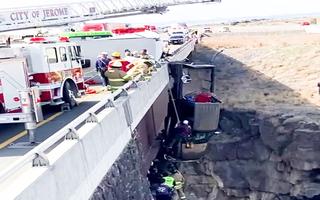 Video: Ôtô ủi bay lan can, treo lơ lửng trên thành cầu
