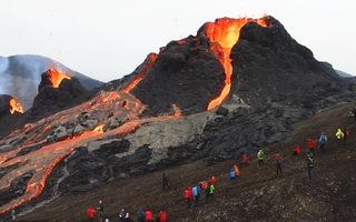 Video: Liều mình xem núi lửa phun trào sau 800 năm