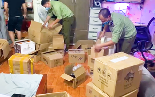 Video: Phát hiện kho hàng mỹ phẩm mua trên mạng rồi tự dán 'tem' để bán lại