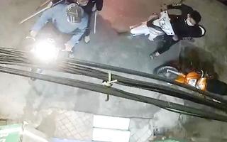 Video: Nhóm thanh niên ném chất bẩn, đánh chủ hiệu thuốc đang mang thai