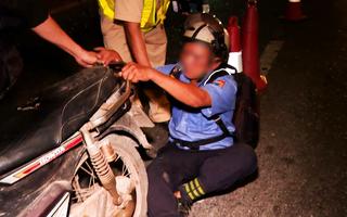 Video: Thanh niên say xỉn, nằm vạ giữa đường khi bị CSGT đo nồng độ cồn