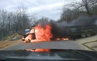 Video: Nắng nóng 'thiêu đốt' xe đầu kéo ở Mỹ