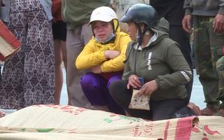 Video: Chị thẫn thờ bên thi thể người em trên đường