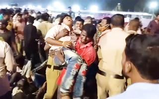 Video: Sập khán đài sân vận động khiến hơn 100 người bị thương ở Ấn Độ
