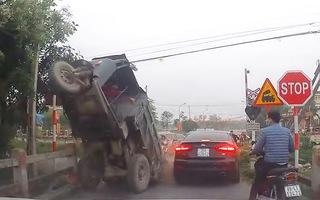 Video: Xe tự chế chỏng vó, suýt đè xế hộp