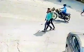 Video: Cậu bé bị người đàn ông siết cổ, cướp điện thoại giữa ban ngày ở Ấn Độ