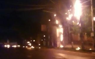 Video: 3 cột điện liên tục bốc cháy kèm theo nhiều tiếng nổ ở Tiền Giang
