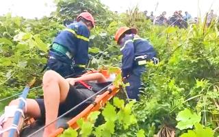Video: Cảnh sát thả dây cứu người rơi xuống vực ở đèo Hải Vân