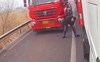 Video: Tài xế bất cẩn khi kiểm tra xe, suýt bị xe tải nặng 'nghiến' nát