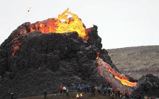 Video: Nhiếp ảnh gia quay cảnh núi lửa 6.000 năm tuổi phun trào, thiết bị quay bị tan chảy