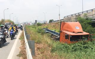 Video: Xe container lao khỏi đường dẫn cao tốc, bay xuống ruộng