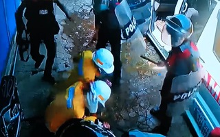 Video: Cảnh sát Myanmar dùng súng đập vào đầu 3 nhân viên y tế trong biểu tình