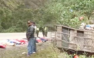 Video: Xe buýt rơi xuống vực ít nhất 21 người chết, hơn 20 người bị thương