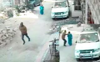 Video: Tên cướp đi bộ theo người phụ nữ, giật dây chuyền vàng bỏ chạy