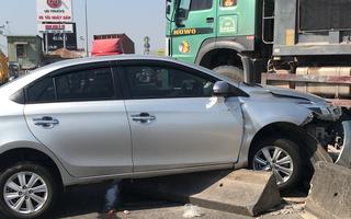 Video: Xe ô tô 4 chỗ xảy ra tai nạn với xe ben, cả gia đình nhập viện