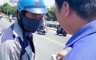 Video: Chủ xe Mercedes bị va quẹt không bắt đền, còn tặng tiền và xe cho người giao hàng