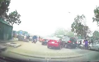 Video: Nữ tài xế ở Hà Nội tông liên tiếp 3 ôtô, nghi do nhầm chân ga