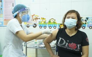 Video: Nhiều nữ nhân viên tuyến đầu chống COVID-19 vui mừng được tiêm vắc xin