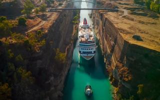 Video: Kỳ vĩ tàu du lịch dài 200 mét đi qua kênh đào hẹp và sâu nhất thế giới