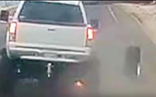 Video: Ôtô chạy tốc độ cao, bị rớt bánh ra đường
