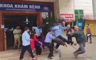 Video: Nhóm bảo vệ và người dân 'đại chiến' ngay trước khoa khám bệnh