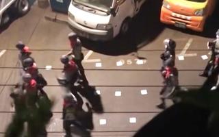 Video: Cảnh sát Myanmar suốt đêm truy bắt người biểu tình