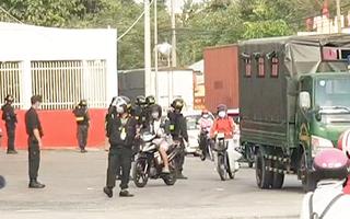 Video: Hàng chục cảnh sát bao vây, kiểm tra nhiều cây xăng ở Bình Dương