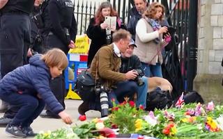 Video: Người Anh đặt hoa tưởng nhớ Hoàng thân Philip