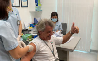 Video: Bệnh viện tư ở TP.HCM tiêm vắc xin COVID-19 cho y bác sĩ