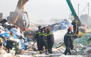 Video: Nguy cơ khói bụi độc hại phát tán từ đám cháy bãi chứa vải vụn