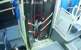 Video: Bé gái bị kẹt ở cửa xe buýt khi xe vẫn chạy, đừng để xảy ra tình trạng tương tự