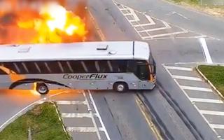 Video: Sau cú đâm liên hoàn, xe buýt nổ như quả cầu lửa