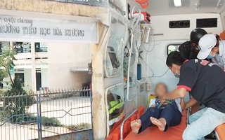 Video: Hàng chục học sinh ngộ độc hô hấp, nghi do đồ chơi mua trước cổng trường