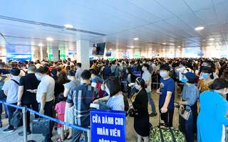 Video: Sân bay Tân Sơn Nhất đông nghẹt, hành khách khai báo y tế điện tử để đi nhanh