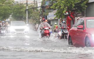 Video: Nhiều tuyến đường ngập sâu sau cơn mưa chuyển mùa rạng sáng nay