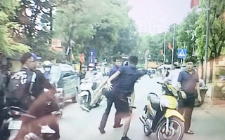 Video: Bất cẩn mở cửa xe gây tai nạn, tài xế ôtô bị đấm đá liên tục
