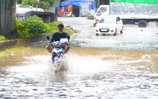 Video: Cảnh báo mưa dông mạnh gây ngập úng Hà Nội