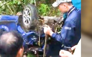 Video: Taxi lao xuống vực ở vùng núi, 1 người chết, 3 người bị thương